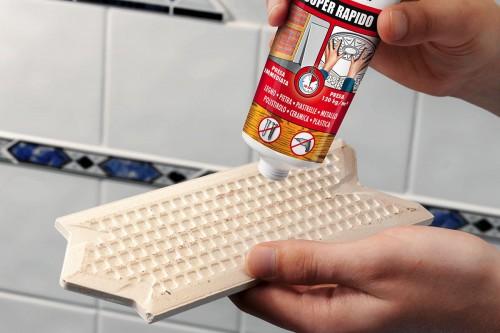 Quale colla usare per incollare una piastrella a parete? E se dovessi incollarla sott'acqua?