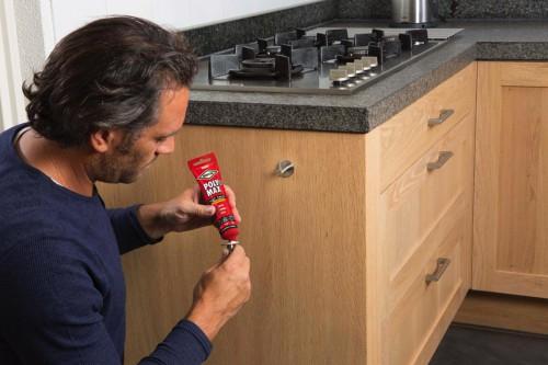 Incollare ganci e appendini metallici su legno o pareti