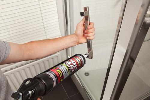 Per un incollaggio metallo su vetro trasparente e extra forte usate Poly Max High Tack Express trasparente.